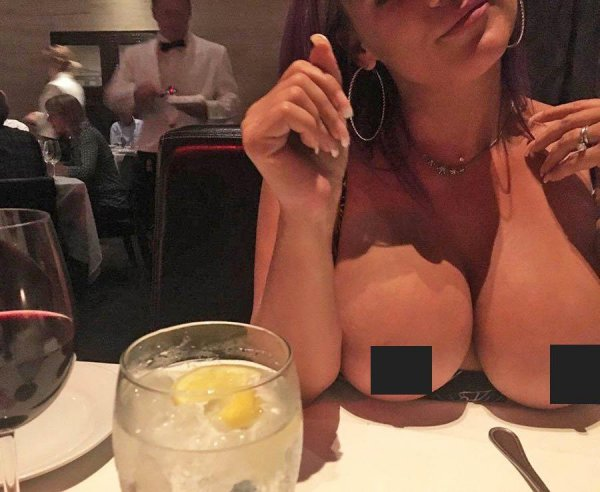 Еда и голая грудь: Instagram захлестнул новый «горячий» флешмоб