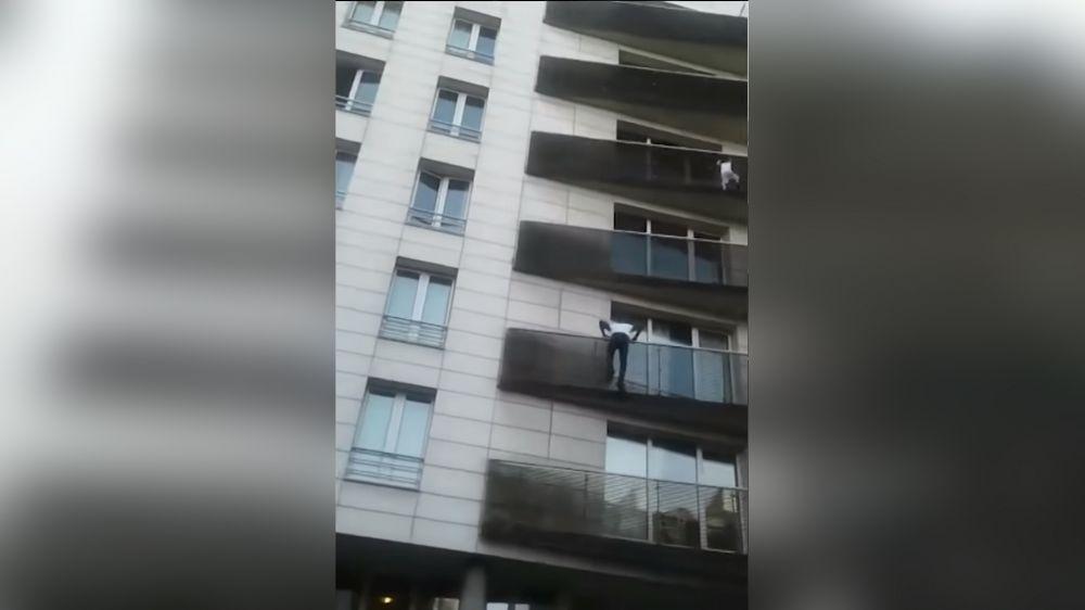 Сын заядлого игромана чуть не выпал с балкона. Но его спас «человек-паук» (видео)