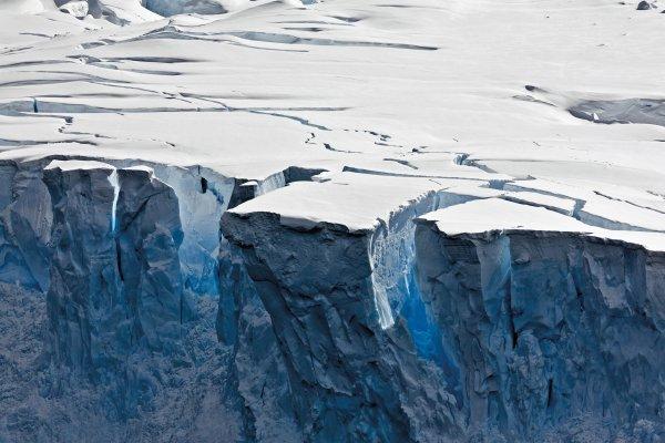 Ученые: Подо льдами Антарктиды скрыты три гигантских каньона