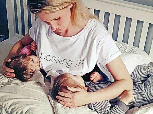 Изобретена уникальная футболка для публичного кормления грудью