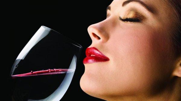 Не мужское дело: Ученые доказали, что женщинам лучше дается дегустация вина