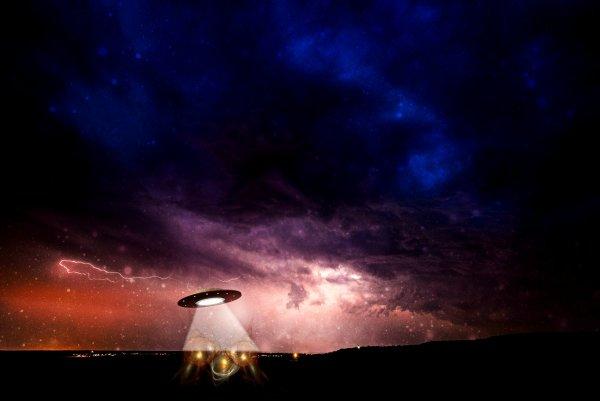 НЛО, метеорит, ракета? Россиян напугал странный след в небе