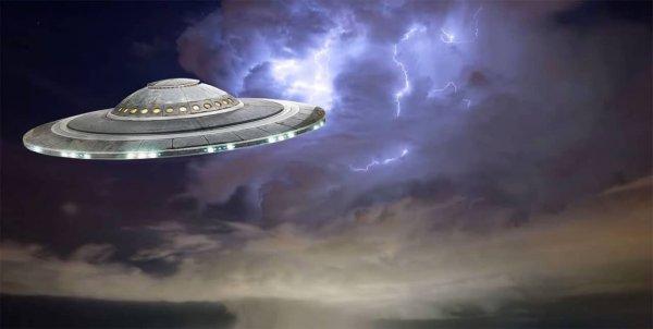 В Лондоне очевидцы сняли на видео армию парящих НЛО