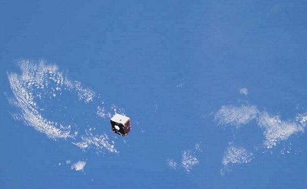 Космонавт Артемьев снял уникальные кадры пролетающего мимо МКС спутника