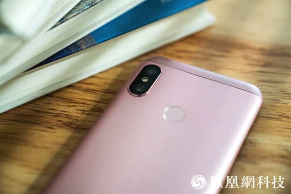 Xiaomi Redmi 6 Pro: официальные пресс-рендеры и «живые» снимки