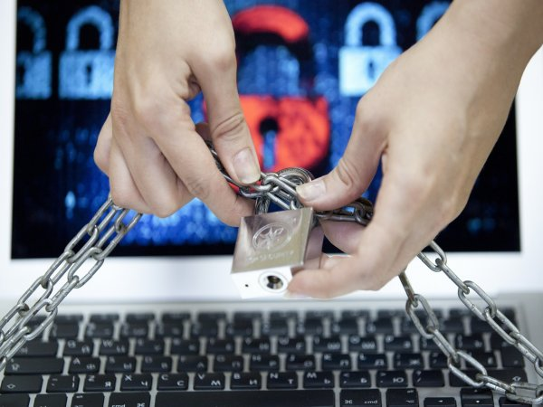 Мобильные операторы продолжают размещать рекламу на заблокированных Роскомнадзором сайтах