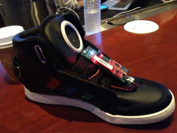Google разрабатывает кроссовки, способные отслеживать вес