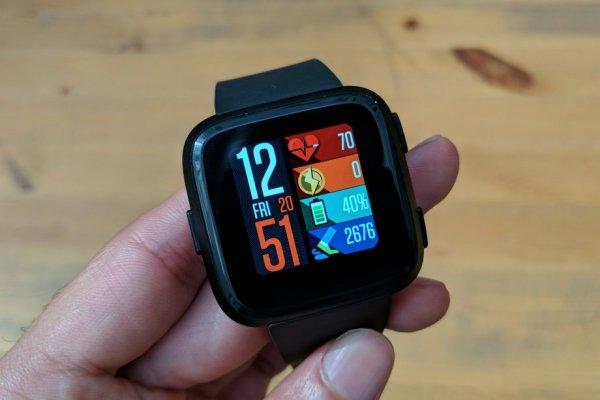 Американский производитель электроники выпустит новые «умные» часы Versa Lite
