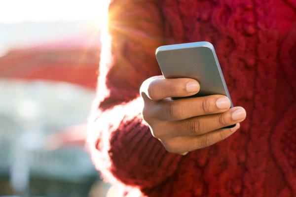 Главным трендом 2019 года станут смартфоны с «дыркой» на экране