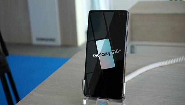 Apple опять проигрывает: Заменить экран Galaxy S10 дешевле ремонта IPhone XS