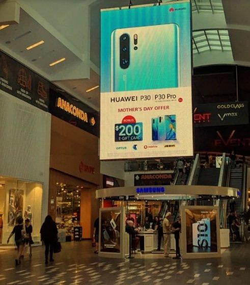 «Троллинг» в стиле hi-tech: Huawei повесила баннер над магазином Samsung